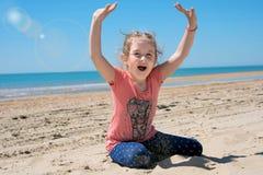 glückliches Kind, das auf sandigem spielt Lizenzfreie Stockfotos