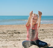 glückliches Kind, das auf sandigem spielt Stockfotografie