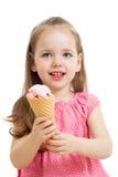 Glückliches Kind, das Eiscreme im Studio lokalisiert isst Lizenzfreies Stockfoto
