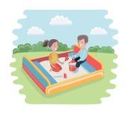 Glückliches Kind, das im entzückenden netten kleinen Charakter des Sandkastens spielt Lizenzfreies Stockbild