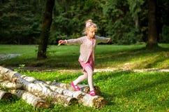 Glückliches Kind, das im Park spielt Lizenzfreie Stockfotos