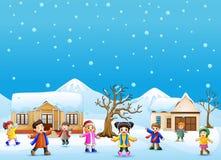 Glückliches Kind, das im schneienden Dorf spielt vektor abbildung
