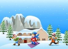 Glückliches Kind, das im schneienden Dorf spielt stock abbildung