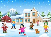 Glückliches Kind, das im schneienden Dorf spielt lizenzfreie abbildung