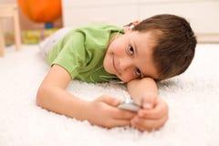 Glückliches Kind, das mit Musik sich entspannt Lizenzfreie Stockfotografie