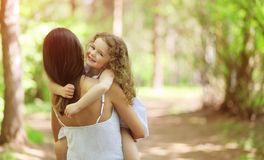 Glückliches Kind, das mit Mutter geht Lizenzfreies Stockfoto