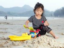 Glückliches Kind, das mit Sand spielt Stockfotografie