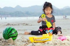 Glückliches Kind, das mit Sand spielt Lizenzfreie Stockbilder