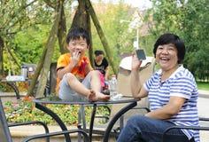 Glückliches Kind, das mit seiner Tante spielt Stockbild