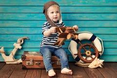 Glückliches Kind, das mit Spielzeugflugzeug spielt lizenzfreie stockfotografie