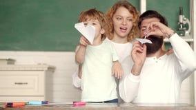 Glückliches Kind, das mit Spielzeugpapierflugzeug spielt Kinder Ausbildung und Schülerausbildung Erster Tag an der Schule Zur?ck  stock footage