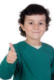 Glückliches Kind, das o.k. sagt stockfotos