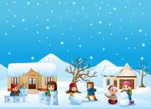 Glückliches Kind, das Schnee im schneienden Dorf spielt lizenzfreie abbildung