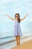 Glückliches Kind, das Spaß auf dem Meer hat Lizenzfreie Stockfotos
