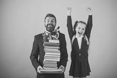 Glückliches Kind, das Spaß hat Mädchen in der Schuluniform und im bärtigen Mann Vater und Schulmädchen Stockbilder