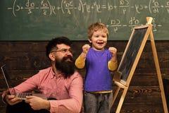 Glückliches Kind, das Spaß hat Spielende Kinder - glückliches Spiel Glückliches Kind, das in der Schule Aufgabe abschließt Aufger lizenzfreie stockfotografie