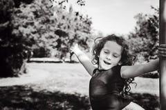 Glückliches Kind des Schwarzweiss-Porträts mit der Hand oben, frei genießend lizenzfreie stockfotografie