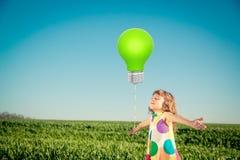 Glückliches Kind draußen fangen im Frühjahr auf stockbild