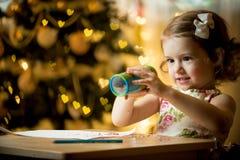 Glückliches Kind feiert Weihnachten Lizenzfreie Stockfotos