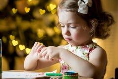Glückliches Kind feiert Weihnachten Stockbilder