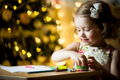 Glückliches Kind feiert Weihnachten Stockfoto