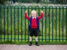 Glückliches Kind gesessen auf einem Schwingen stockfotografie
