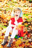 Glückliches Kind im Fallpark Stockfotografie
