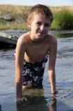 Glückliches Kind im Fluss lizenzfreie stockfotos