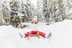 Glückliches Kind im Freien im Winter Stockbilder