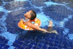 Glückliches Kind im Pool Stockbild