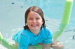 Glückliches Kind im Pool Stockbilder