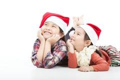 Glückliches Kind im Weihnachtshut Stockfotos