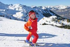 Glückliches Kind im Wintersport Stockfotos