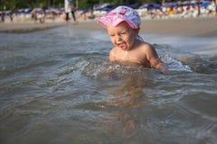 Glückliches Kind kommt in das Meer Stockfotografie