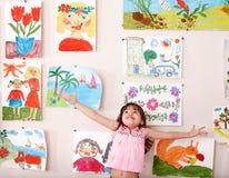 Glückliches Kind mit Abbildung. Lizenzfreie Stockfotografie
