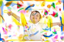Glückliches Kind mit den Daumen oben in den Farben Lizenzfreie Stockfotografie