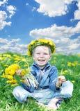 Glückliches Kind mit Diadem und Löwenzahn Stockfotos