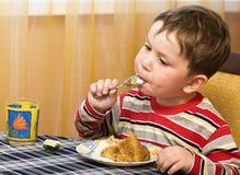 Glückliches Kind mit einem Kuchen Lizenzfreie Stockfotos
