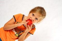 Glückliches Kind mit einer Frucht Lizenzfreie Stockfotos