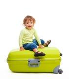 Glückliches Kind mit Gepäck Stockfoto
