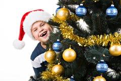 Glückliches Kind mit Geschenk nahe Weihnachtsbaum Lizenzfreies Stockbild