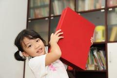 Glückliches Kind mit Geschenkkasten Stockbild