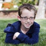 Glückliches Kind mit Gläsern lizenzfreies stockfoto