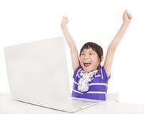 Glückliches Kind mit Laptop stockfotos