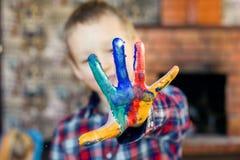 Glückliches Kind mit schöner Bildung der Fingerfarbe Lizenzfreie Stockfotos