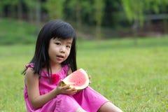 Glückliches Kind mit Wassermelone Stockbilder