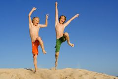 Glückliches Kind- oder Kindspringen Stockfoto