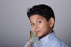 Glückliches Kind oder Student mit Preis stockfotografie