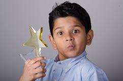 Glückliches Kind oder Student mit Preis lizenzfreie stockbilder