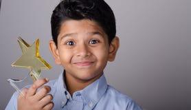 Glückliches Kind oder Student mit Preis stockbild